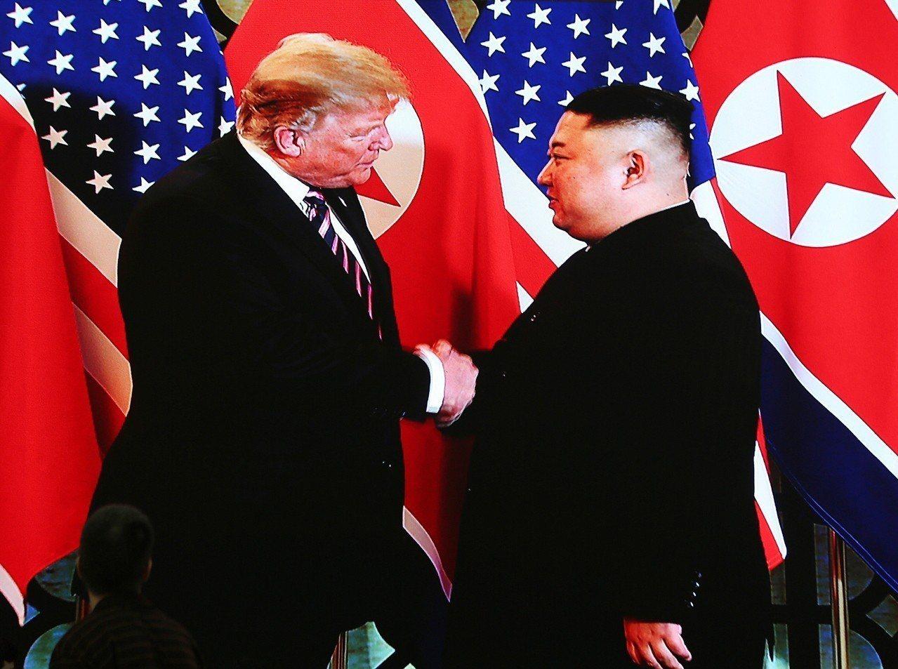 川普(左)與金正恩27日在河內第二次會面,劇本照著去年的新加坡峰會走。歐新社