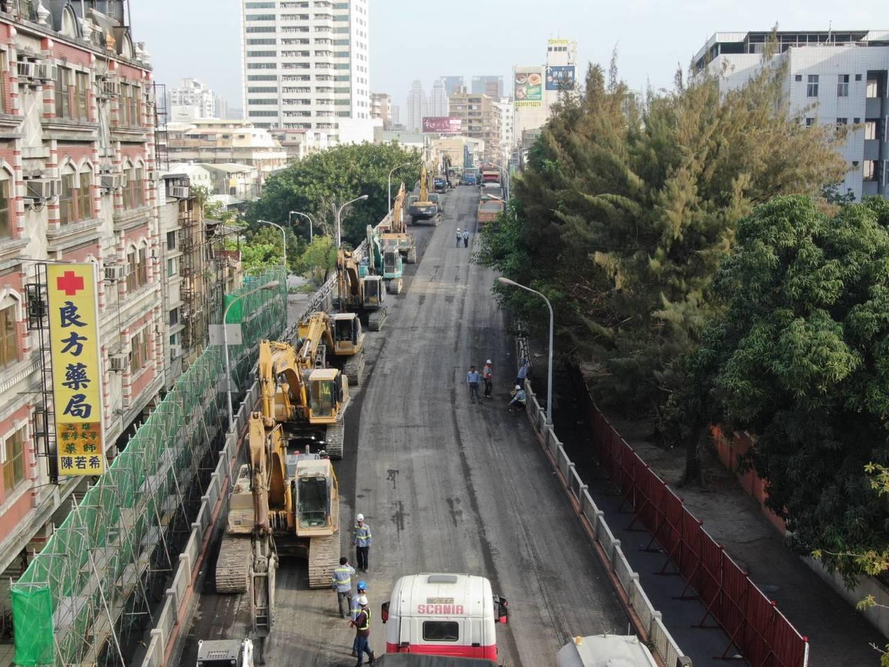 擁有42年歷史的高雄自立陸橋今日展開拆除工程。照片/高市府提供