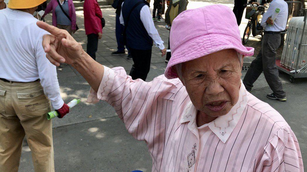 228受難者家屬張林淑如,今年85歲,回想起事件發生當時,自己2哥受難後,母親徹...