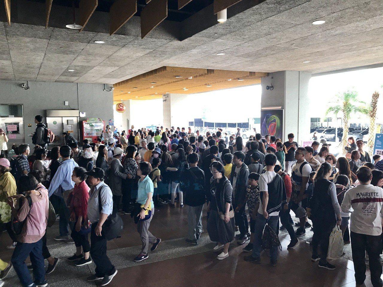 二二八連假第一天,民眾搶看台灣燈會,排接駁車人龍已將潮州車站包圍。記者江國豪/攝...