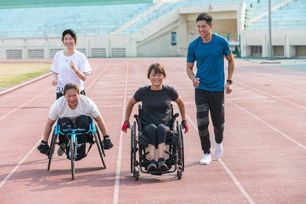 張景嵐(左後)、陳傑(右後)陪同林黛甄(左前)和陳姿予(右前)練習  圖/李長榮
