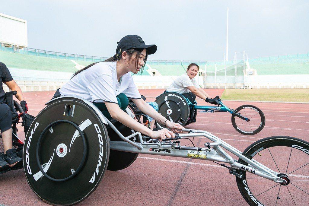 張景嵐下場親身體驗競輪的辛苦 圖/李長榮教育基金會提供