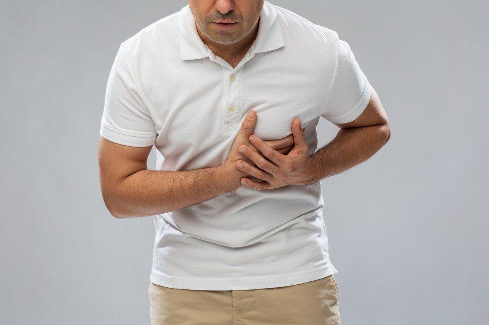 醫師提醒,後背撕裂傷痛不一定是肌肉痛,可能是致命主動脈剝離應盡快就醫。示意圖/I...