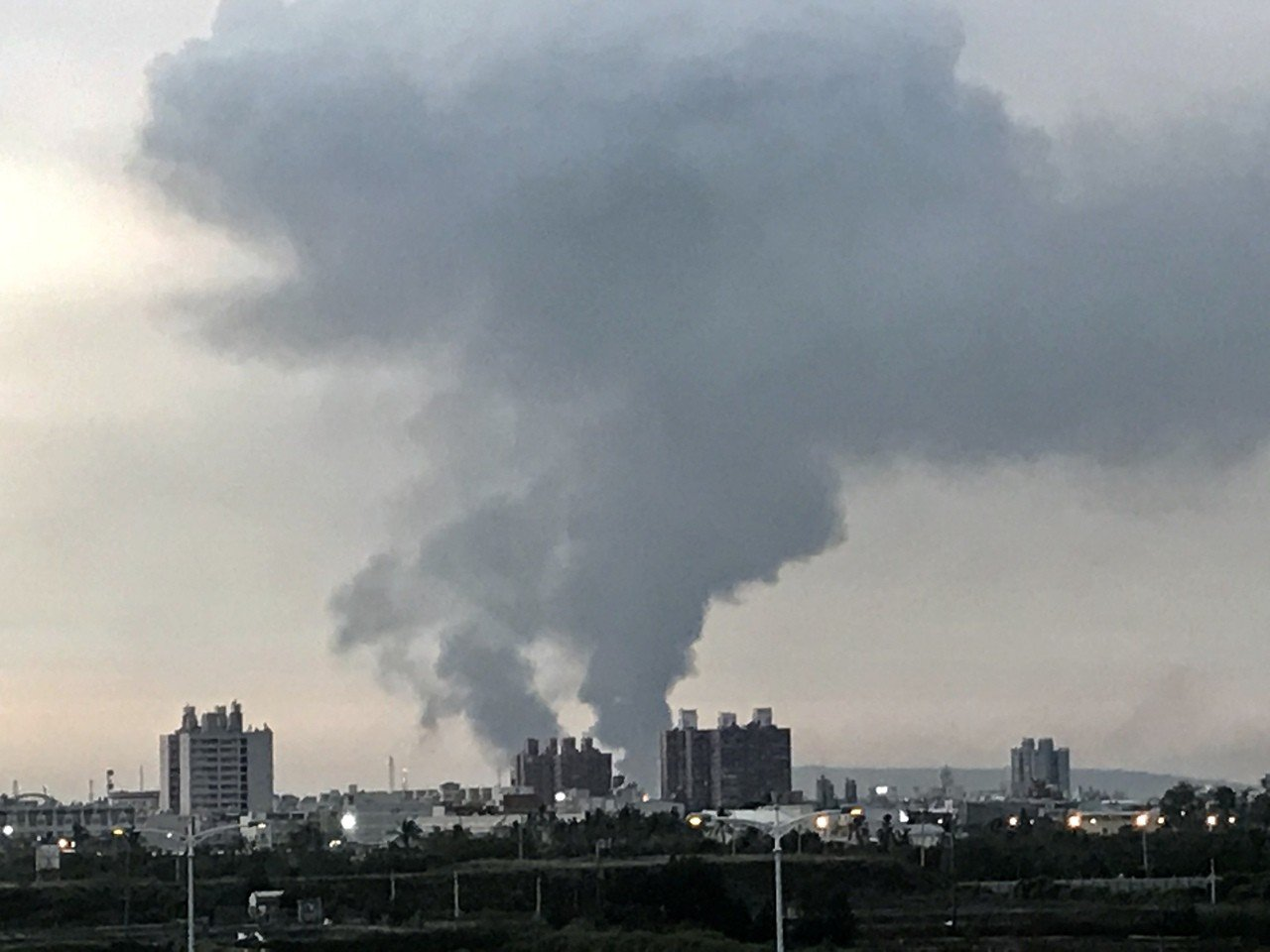 高雄林園工業區火警,台灣燈會會場都能看見黑煙與火光。記者江國豪/攝影