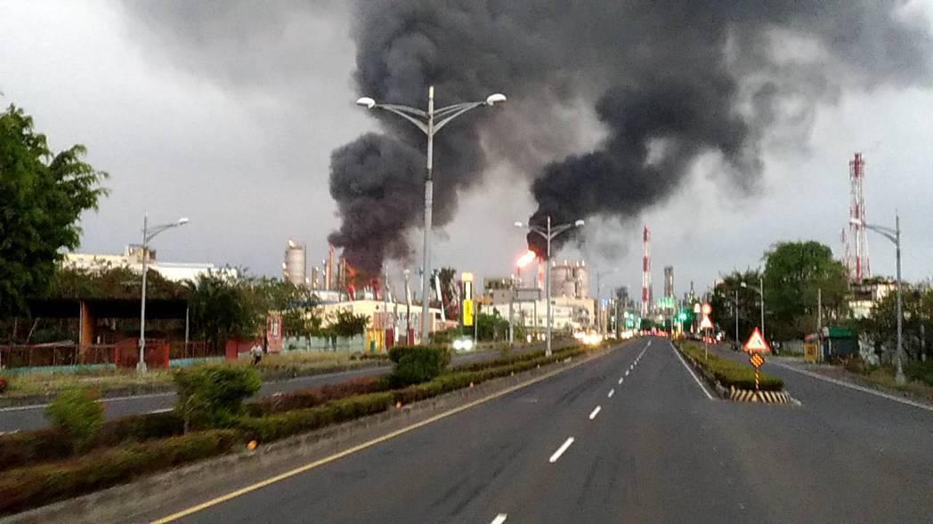 台灣石化合成公司今日下午發生火警,並  傳出兩次爆炸,目前火勢正持續中。網路...