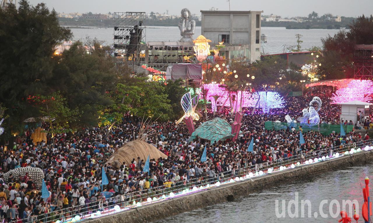 在屏東大鵬灣舉辦的2019台灣燈會活動,今天遇到228連假第一天,吸引爆表人潮湧...