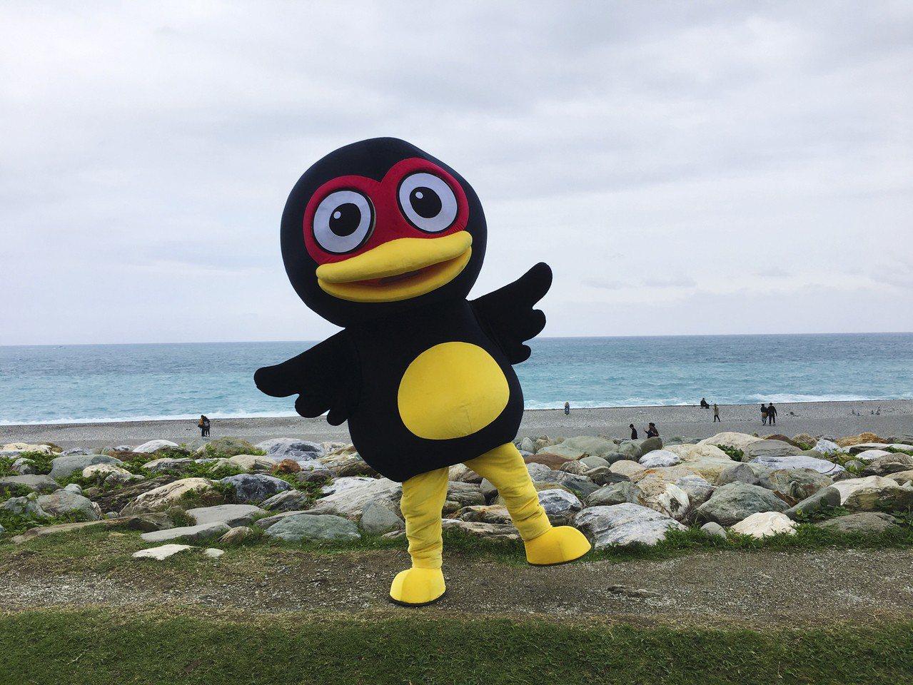 花蓮吉祥物紅面鴨將「出差」台中,在花博園區與遊客互動推展觀光。圖/花蓮縣府提供