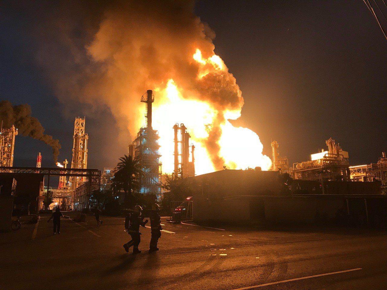 高雄市林園區林園工業區工業二路的台灣石化公司廠區傳出火警。圖/高雄市環保局提供