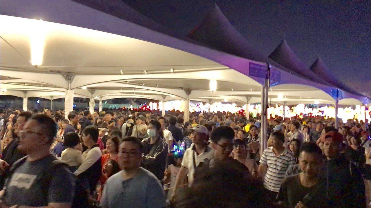 民眾離場時間接近,台灣燈會轉運站因而爆棚。記者江國豪/攝影