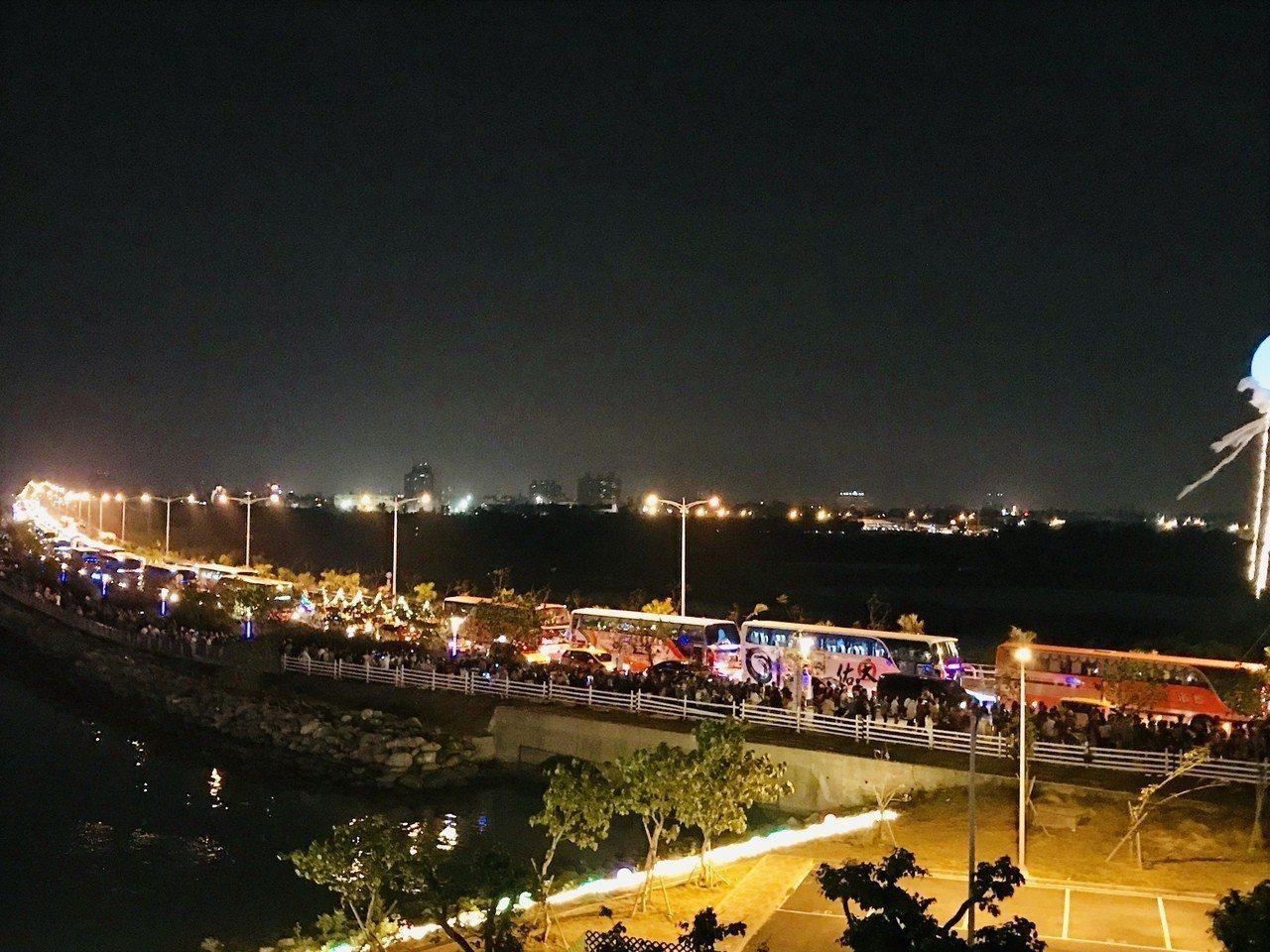 百萬人潮陸續離場,台灣燈會接駁車綿延1公里長。記者江國豪/攝影