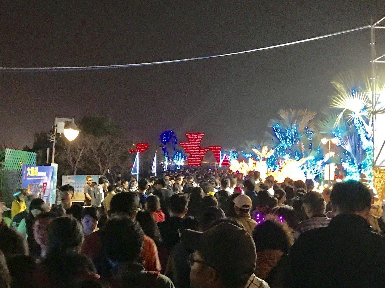 intel無人機表演結束後,民眾陸續離場。記者江國豪/攝影