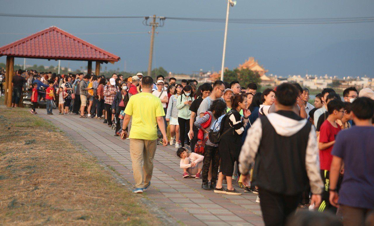 二二八連假第一天,台灣燈會周邊11處停車場,共2萬個停車會首度被停滿。記者劉學聖...