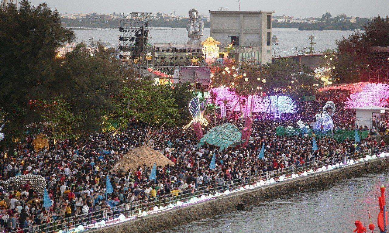 二二八連假第一天,台灣燈會湧入167萬人次賞燈,塞爆大鵬灣。記者劉學聖/攝影