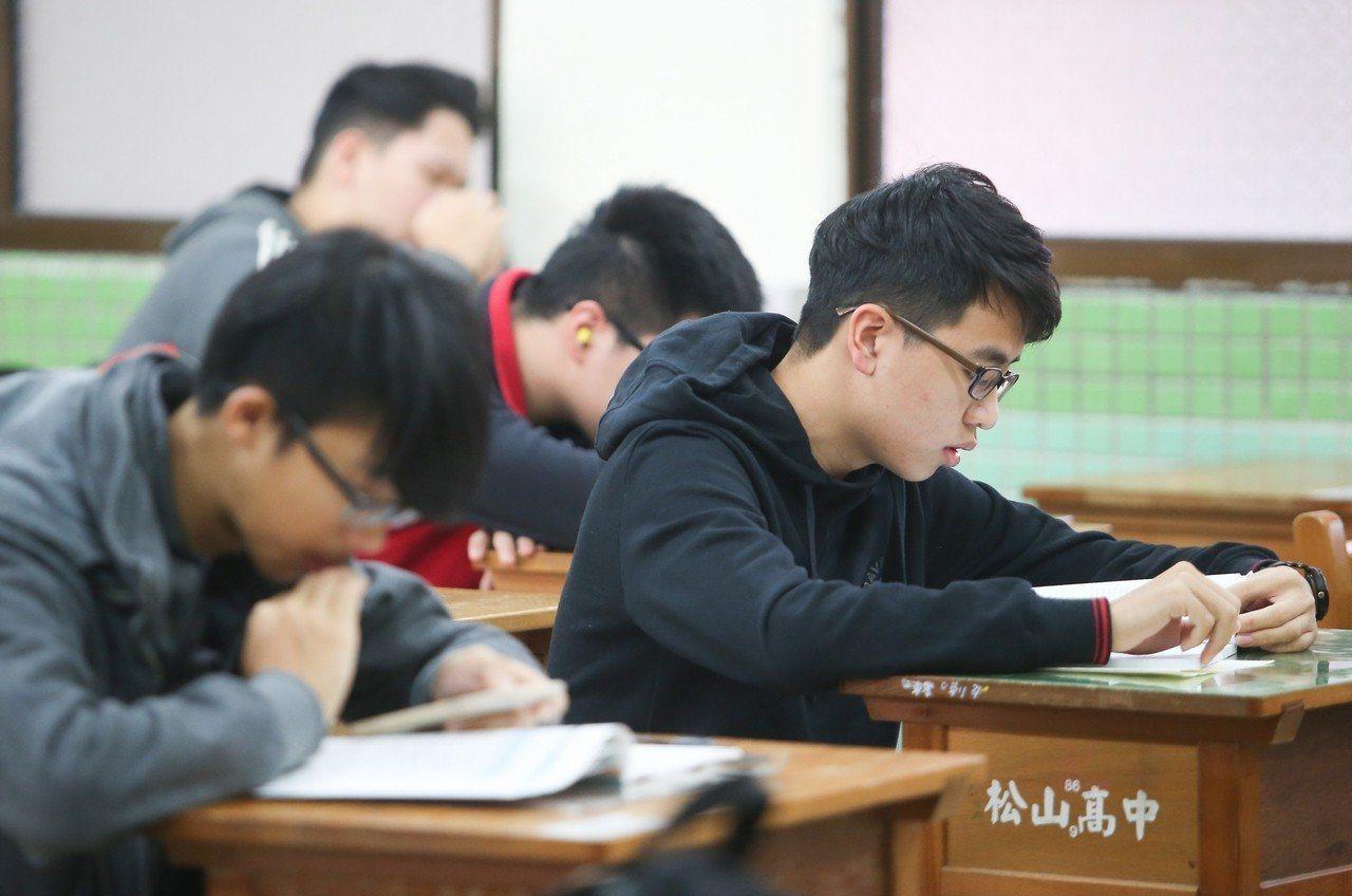 今年學測各科題目落落長,很多考生直喊吃不消、寫不完。聯合報系資料照片