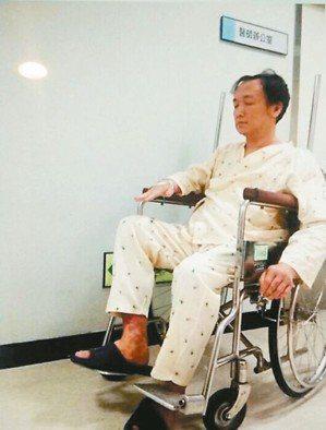 李科宏曾有一段時間只能坐在輪椅上,圖為他第一次穿上長庚病人服。 圖/李科宏醫師提...