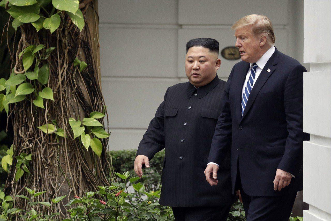 金正恩(左)與川普在酒店花園邊散步邊會談。(美聯社)