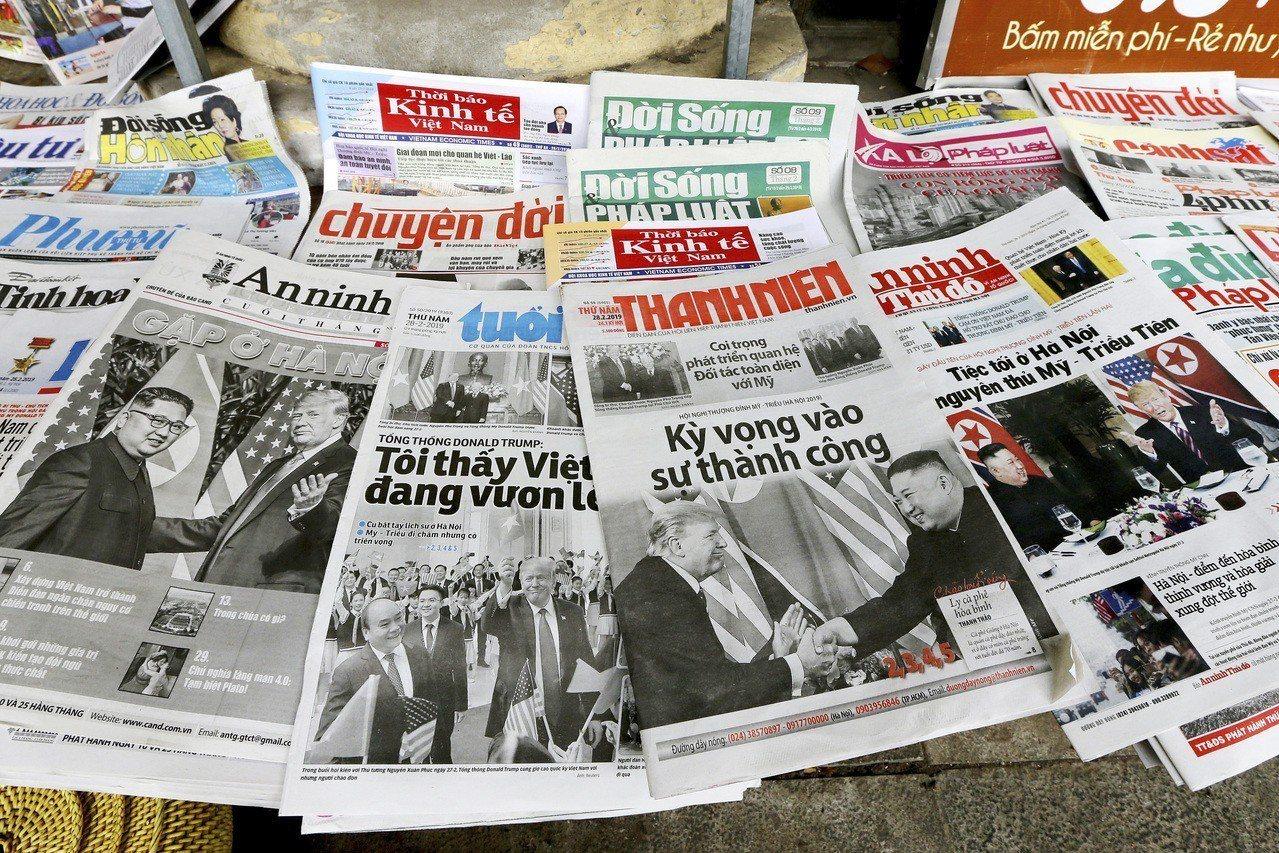 越南書報攤上廿八日陳列大肆報導川金會的報章雜誌。(美聯社)