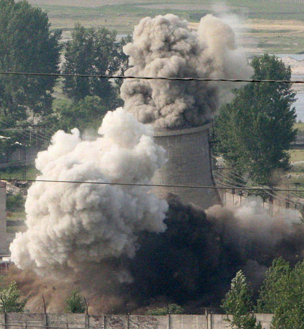 北韓過去曾兩次同意停止寧邊核設施運作,圖為2008年該國公開摧毀冷卻塔畫面。(美...