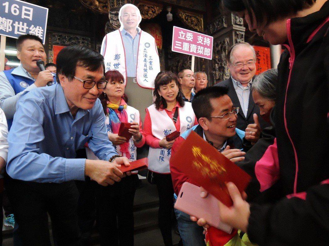 新北市三重區立委補選造勢活動,韓國瑜人形立牌吸人氣。圖/聯合報系資料照片