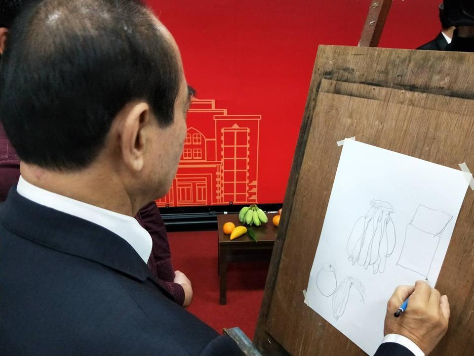 王金平透過臉書「台灣公道伯」粉絲專頁貼出一張親筆鉛筆素描畫,獻給太太陳彩蓮。圖/...