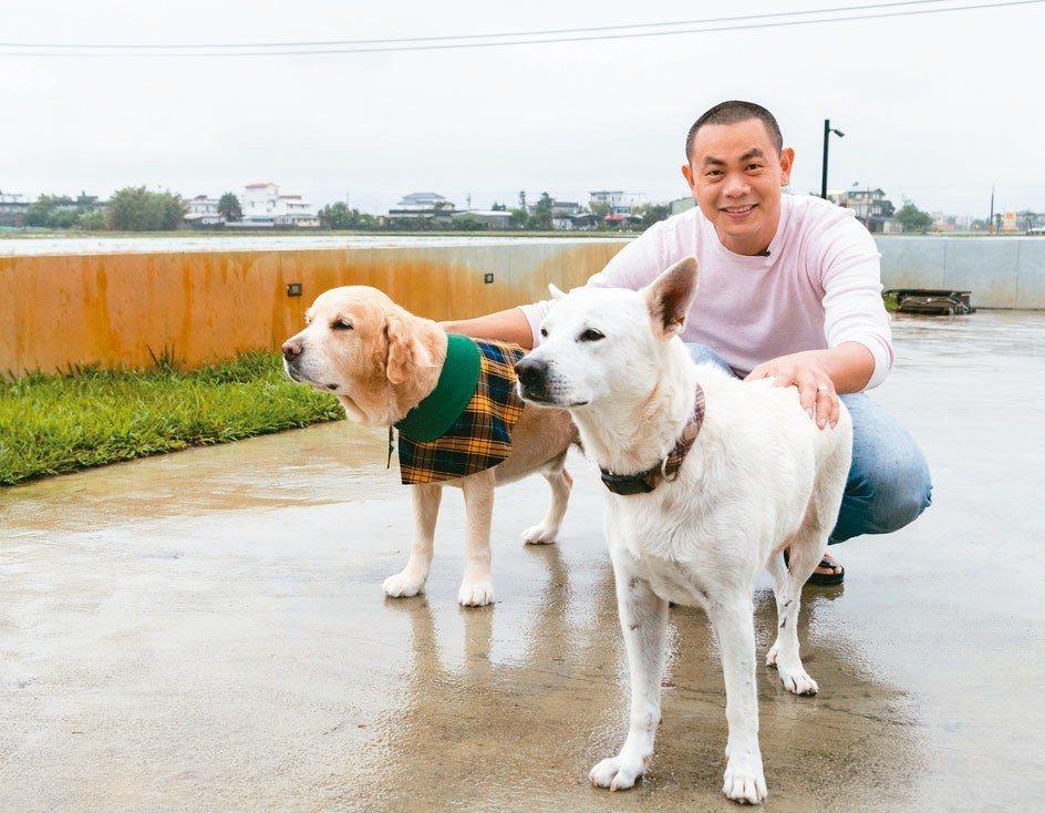 江振誠與自己的Lucky(右)和鄰居狗白熊。 圖/陳立凱攝影、江振誠提供