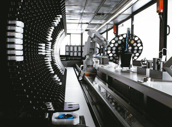 沛納海的每一枚機芯,都需要以6種位置角度進行測試,也是完全的自動化管理。 圖/各...