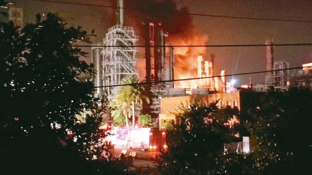 台石化甲基第三丁基醚(MTBE)廠房昨天發生氣爆火警,不時有火舌竄出。 記者林保...