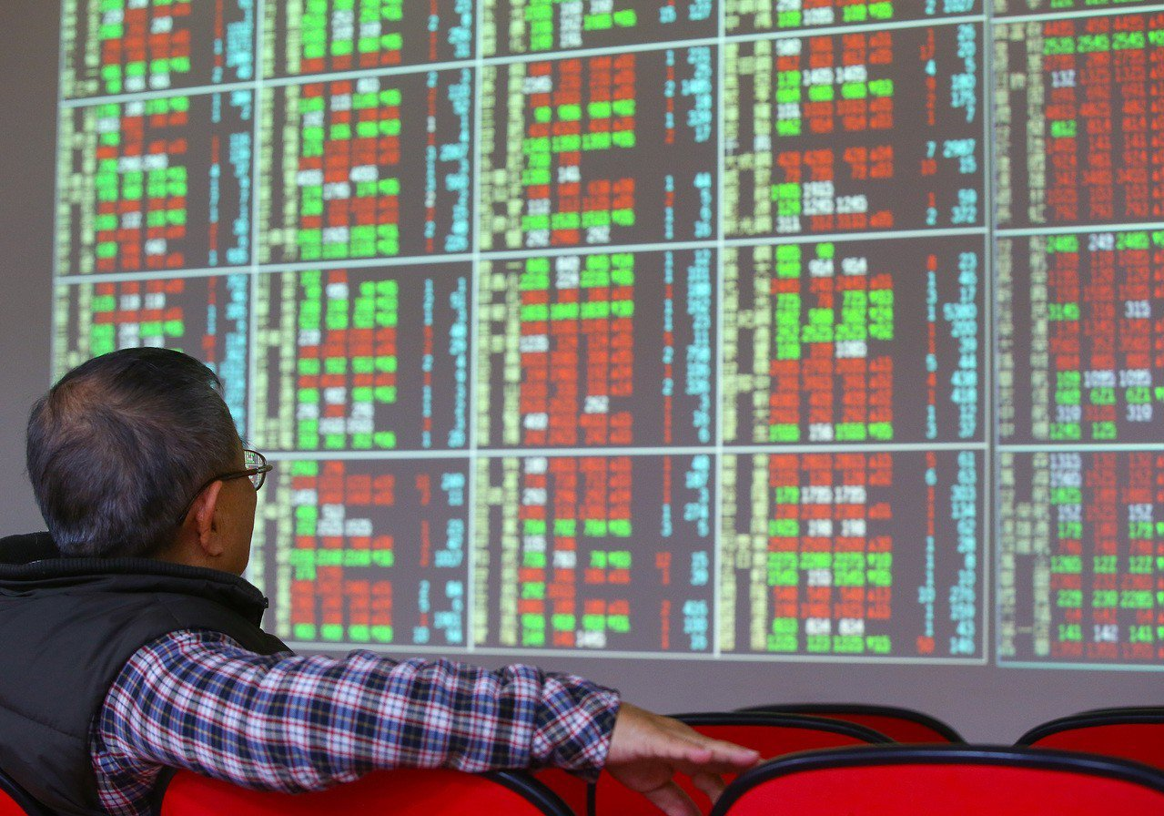 台股終場下跌39.29點,收在10349.88點,成交值新台幣1373.12億元...