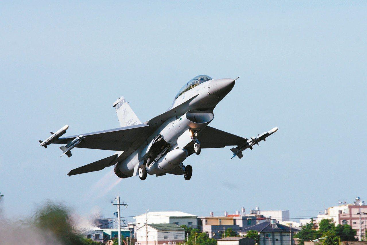 圖為國軍F-16起飛時翼稍攜帶AIM-120飛彈。 圖/聯合報系資料照片