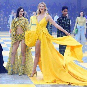巴黎時裝周/Karlie Kloss美艷四射氣場爆棚 比走壓軸的Bella Hadid還耀眼