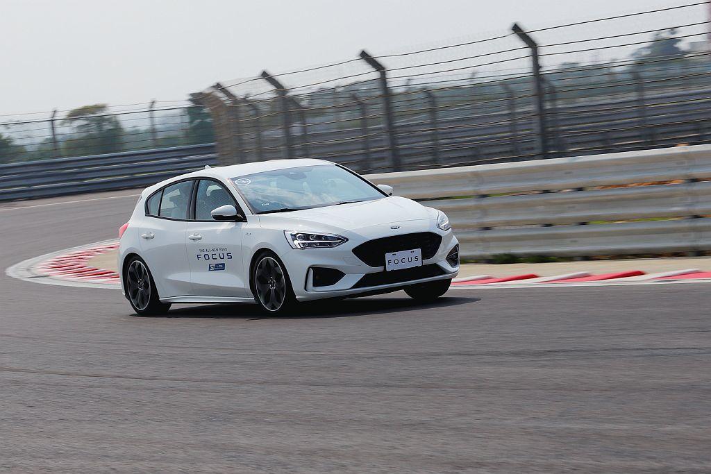 五門車型車尾比四門房車靈活且積極許多,是接觸新Ford Focus ST-Line駕馭幾個彎道後的首要感受。 記者張振群/攝影