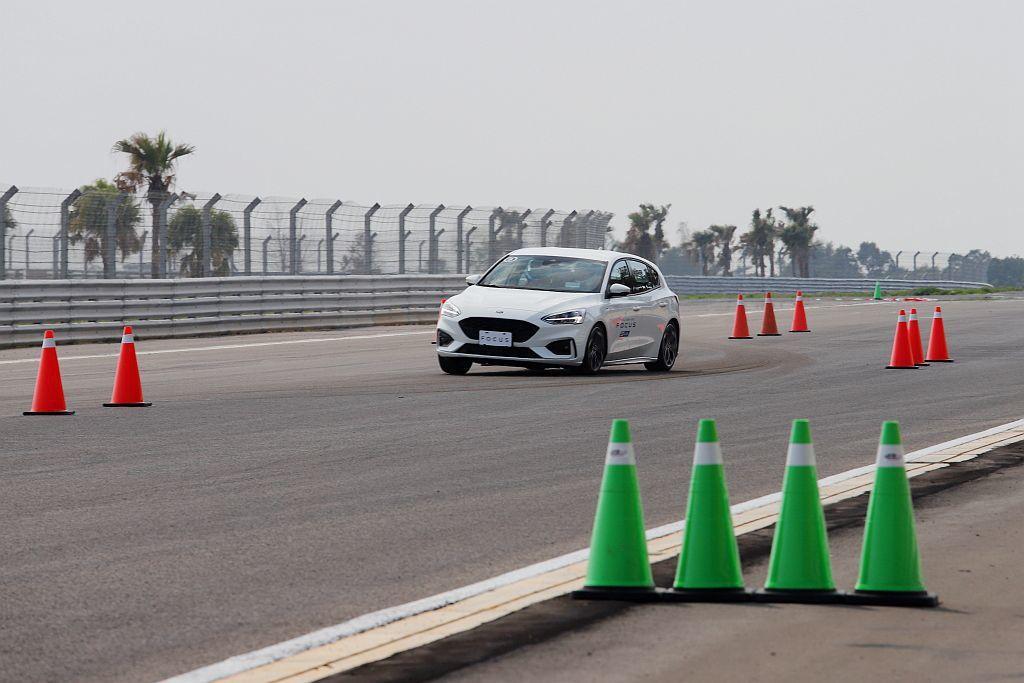 模擬高速時遇到障礙物緊急閃躲的麋鹿測試,在這關卡Ford Focus ST-Line完全展現優異的底盤、懸吊調校能力。 記者張振群/攝影
