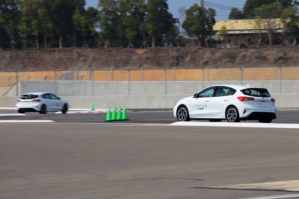 賽車手陳俊杉(阿杉哥)在Hot Lop體驗時親自示範,當車輛刻意行走彎內路緣石,都沒有出現過往扭力樑會左、右側拉扯時的不安定擺動問題。 記者張振群/攝影