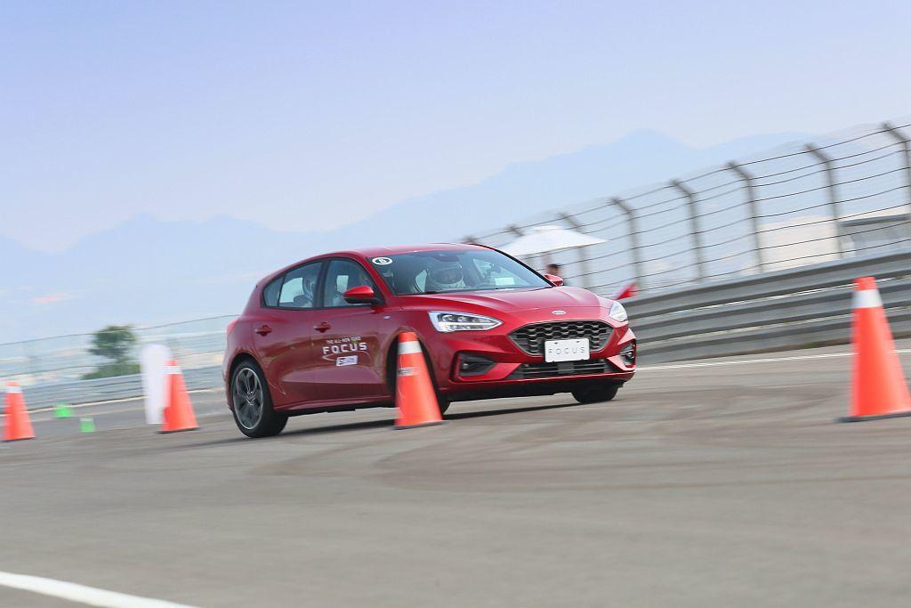 後扭力樑操控不OK?Ford Focus ST-Line在通過第一關S型繞錐通過後,立即對Ford工程團隊的懸吊調校功力感到佩服。 圖/Ford提供