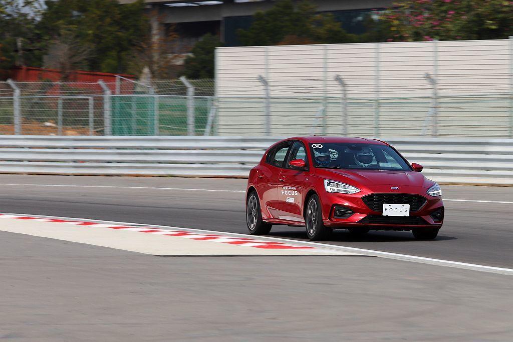 Ford Focus ST-Line於賽道上的表現超乎預期,只是買家99%的用車環境都是在一般道路。此時運動化懸吊系統強調的路感以及碎震傳遞等,就會讓駕駛與乘客較有感。 記者張振群/攝影