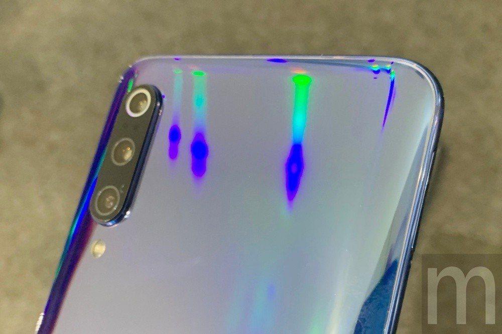 藉由多層鍍膜,藉此呈現不同折射炫彩的全息幻彩色 (Holographic)效果