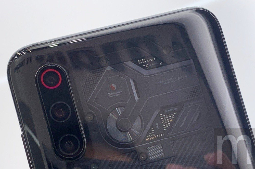 現場實際展示的透明背蓋版本,但實際規格與中國銷售的小米手機9透明尊享版有些不同,...