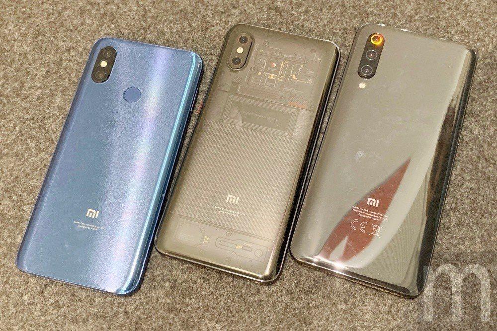與先前推出的小米手機8、小米8 Pro螢幕指紋版比較,小米手機9 (右)的身形稍...