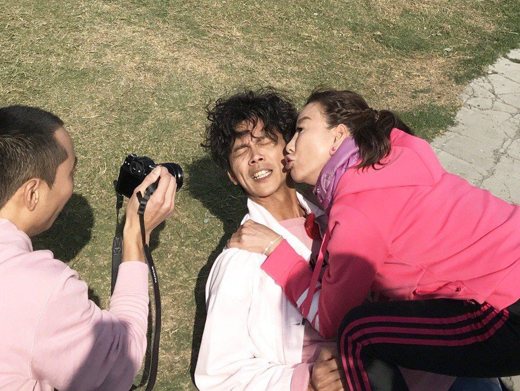 楊繡惠(右)情不自禁狂吻阿翔(中),浩子一旁拍照紀錄。圖/民視提供