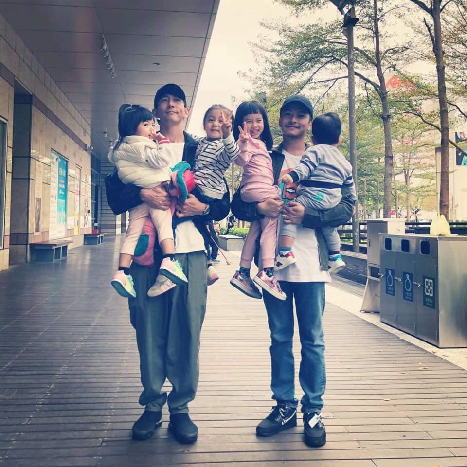 修杰楷與楊銘威兩位奶爸放假帶小孩出門玩。圖/摘自臉書