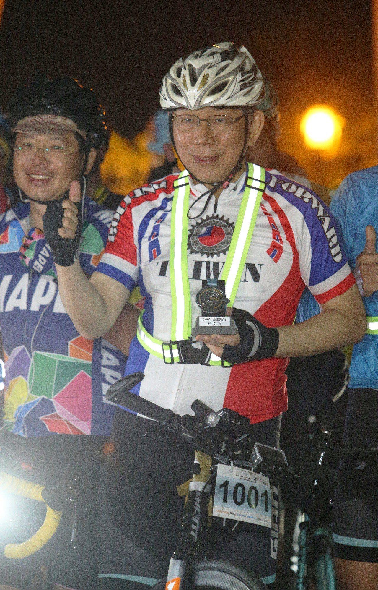 台北市長柯文哲騎單車一日雙城,柯粉熱情加油、陪騎,讓他很感動。記者劉學聖/攝影
