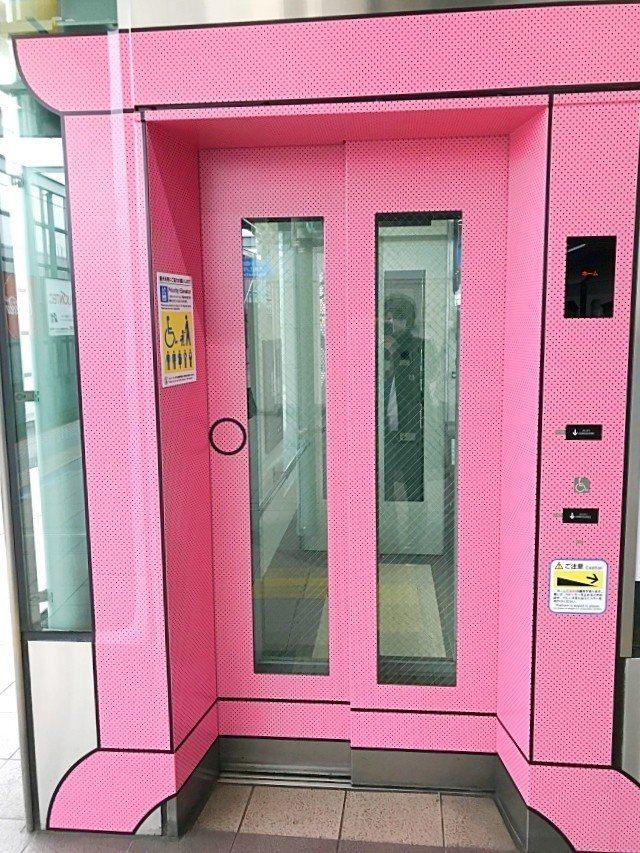 登戶車站改裝,充滿哆啦A夢元素,電梯變成任意門。圖/翻攝自日本推特