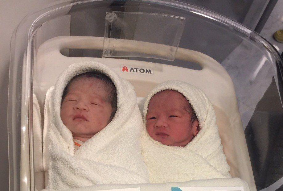 馬俊麟抱新生兒,雙胞胎兒子小名「星星」、「元元」來自爺爺托夢。圖/民視提供