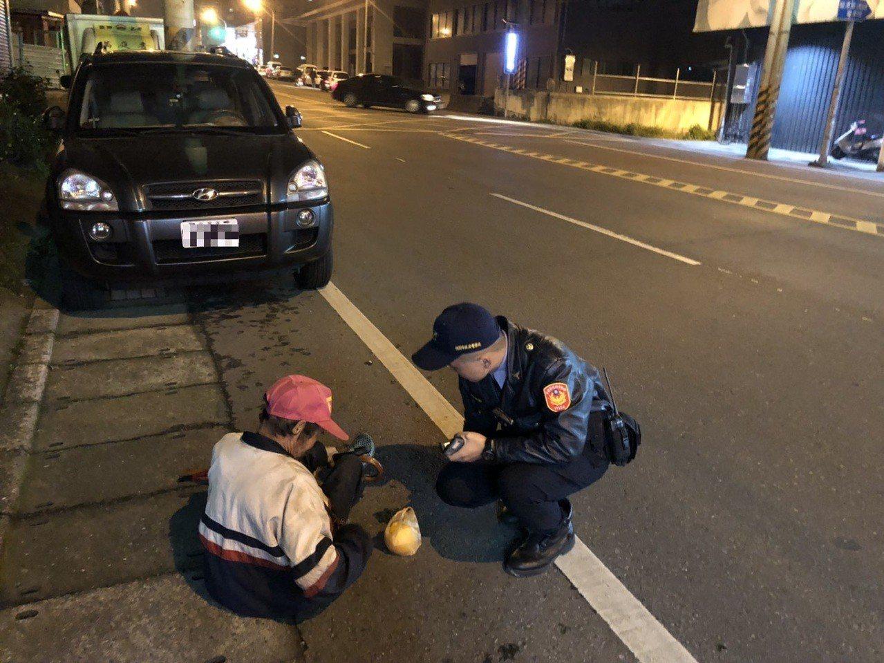 81歲古姓失智老翁,在天冷夜晚倒坐路旁,警方獲報趕往救援,查出他身分平安護送他返...