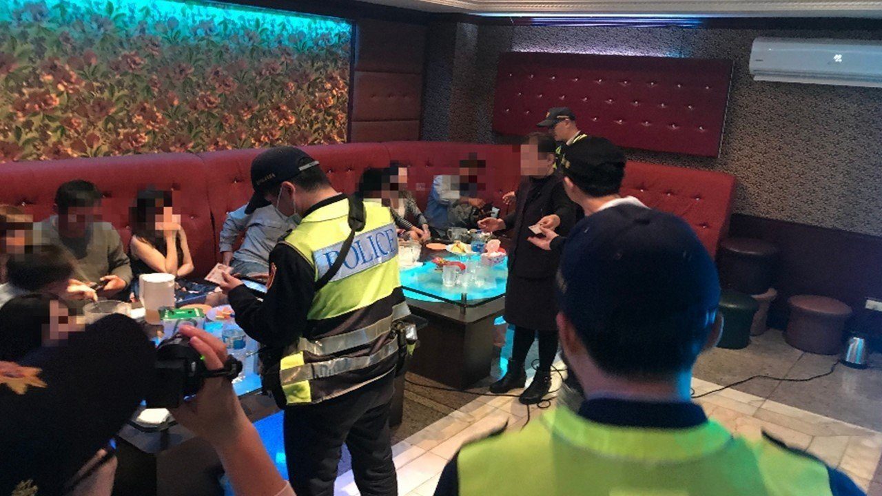 台中市清水警分局於228連續假期夜間實施擴大臨檢。記者余采瀅/翻攝