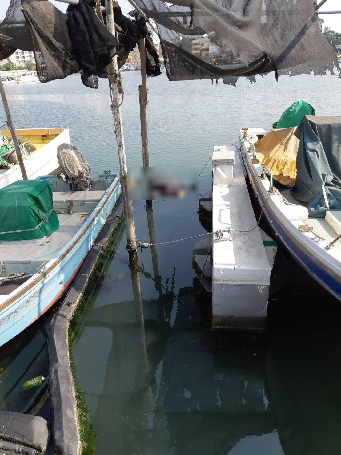 台南市安平區運河路金城里活動中心旁的休憩碼頭海面上,今天上午發現一具男浮屍。記者...
