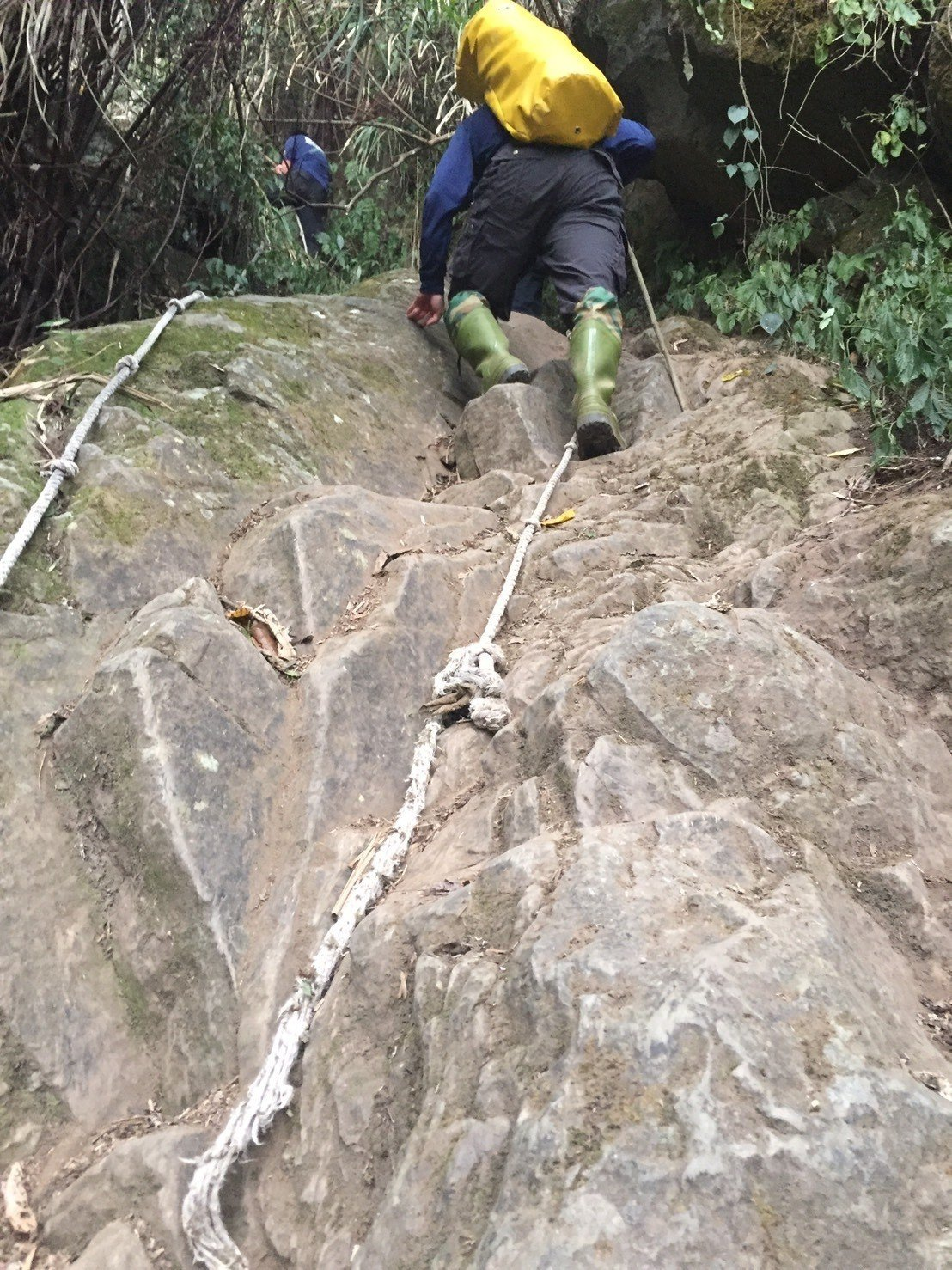 前往千人洞途中要靠繩子攀爬陡峭山壁。圖/聯合報系資料庫