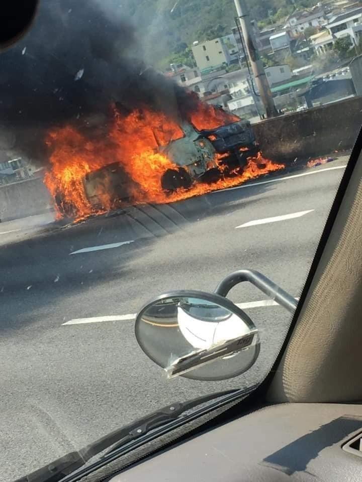中山高苗栗縣三義南下路段,中午12點多發生火燒車意外,一輛轎車疑因機件故障,在路...