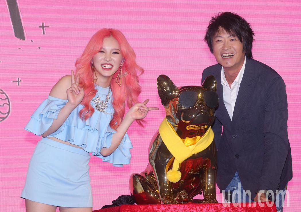 游鴻明(右)今天出席歌壇新人王欣晨Amanda(左)首張專輯《UTOPIA夢托邦...