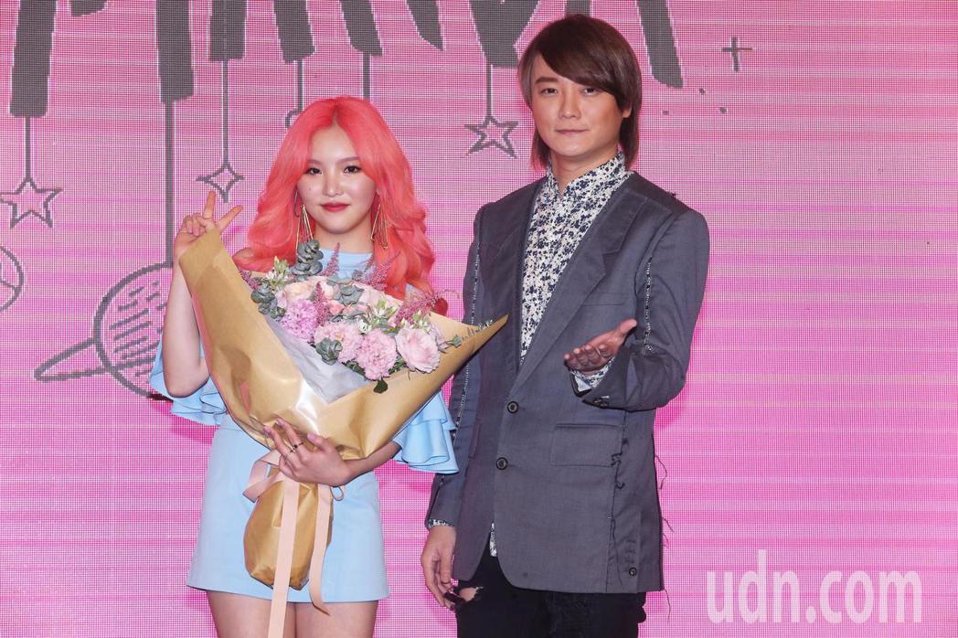 阿沁(右)今天出席歌壇新人王欣晨Amanda(左)首張專輯《UTOPIA夢托邦》...